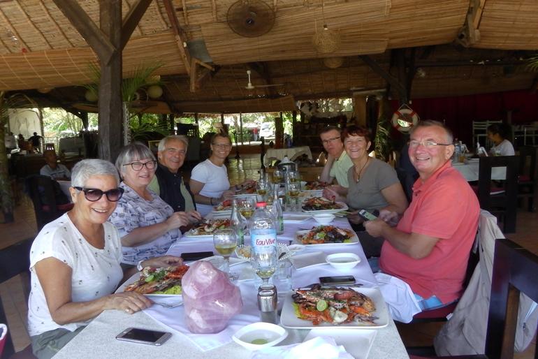 touristes à table